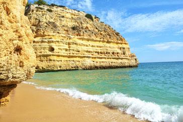 Praia da Marinha - Goldgelber Sandstrand an der ockerfarbenen Steilküste mit ruhigem, türkisfarbenem Meer