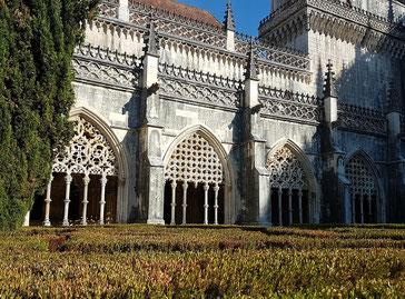 Klostergarten von Batalha mit kunstvoll ornamentierten Gebäudeteilen