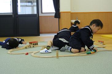 こちらは列車で遊んでいます。