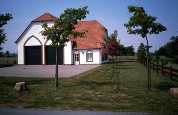 Das Schröttinghauser Gerätehaus aus dem Jahre 1984 von der Vorderseite...