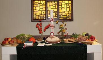 Der gedeckte Gabentisch des Dankgottesdienstes