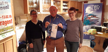 Anke Brüchert überreicht die Jubiläumsurkunde an die Ortsgruppe Roßtal (v. l. n. r: Anke Brüchert, Ehrenamtsmanagerin, Jakob Brendel, Judith Bauer (beide Ortsgruppe Roßtal))
