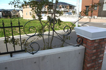 フェンスと角柱をつなげるアイアンオブジェ