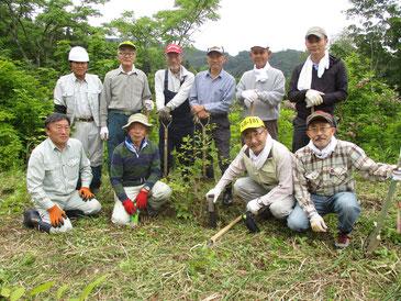 以前植樹したブナの木の前で十日町の方々と
