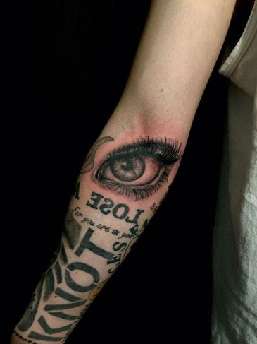 目 タトゥー