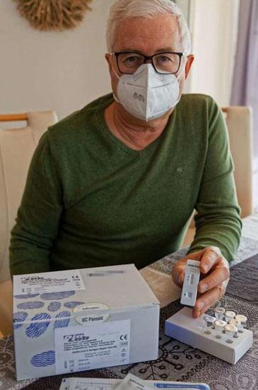 Geschäftsführer Ralf Thormählen präsentiert den Corona-Schnelltest der Firma Dialab, der jetzt die Zulassung für den Einsatz im vorderen Nasenbereich erhalten hat.
