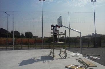 nella foto lavori di installazione impianto basket Oratorio Pentecoste Milano