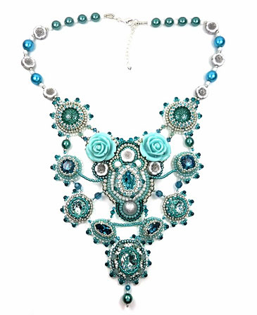 photo-collier-plastron-brode-couleur-lagon-entier-fond-blanc
