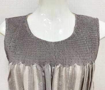 首まわりはストレッチ素材で楽に着られます。胸部分もギャザーでゆったり。