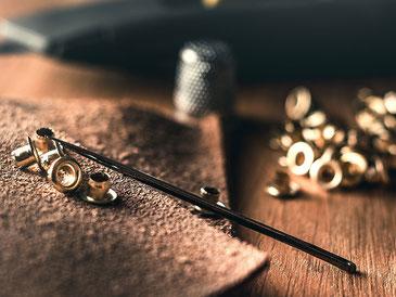 NOY verwendet Kopfnieten aus Messing sowie Druckknöpfe aus Eisen für einige ihrer Accessoires