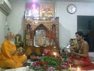 インドヴァラナシにてマハラジとともにプジャ祈祷を行う