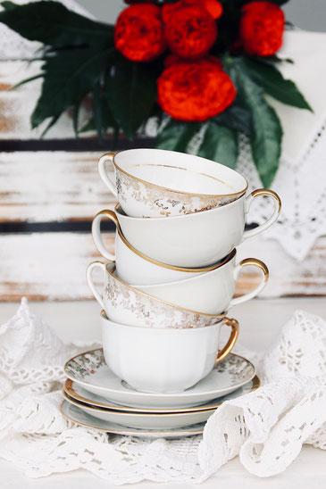 vintage Kaffeetasse Unterteller antik Porzellan weiss creme Gold verspielt gemischt Hochzeit Geburtstag party Geschirr verleih mieten tischleihendeckdich Tischlein deck dich