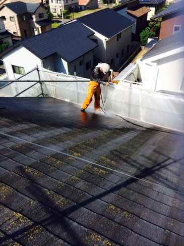屋根のコケ除去法。サイクロン(トルネード)ジェット高圧洗浄で削る感覚で洗う。