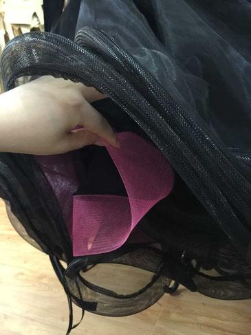 ちらりと見えるホースヘアーにピンクをチョイス