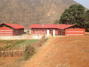 Ecole Madjigaon avec son potager à l'avant plan.