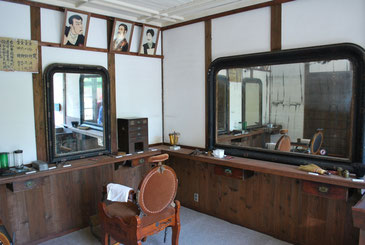 明治村には、当時の風俗を追体験できる貴重な歴史的資料が数多く展示されています。これは明治時代の床屋。掲げられた髪型のモデルも、当時を偲ばせます。