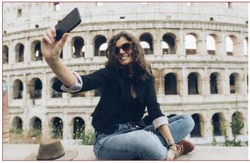 Frau mit Selfie vor dem Kolosseum in Rom