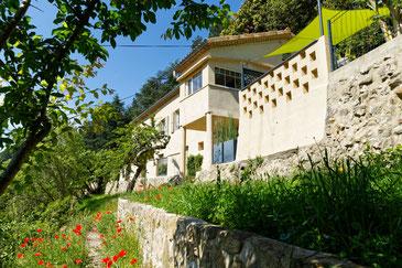 Les 2 gîtes, chacun d'un côté de la maison, sont totalement indépendants en terme d'accès, d'équipement, de terrasse et jardin et sans aucun vis à vis.
