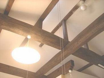 天然木の松の梁丸太を十文字に組んだ古民家風のリビング