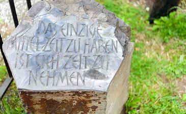 Die individuelle Schriftgestaltung der Ornamente übernimmt Grabmale Mölders aus Duisburg für Sie