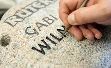 Muss ein Grabmal nachbeschriftet werden, ist Grabmale Mölders aus Duisburg Ihr passender Ansprechpartner!