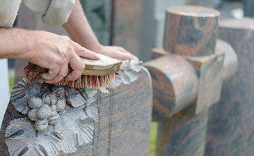Neben der Erstellung und Gestaltung von Grabmälern kümmert sich Grabmale Mölders auch um die Pflege der Grabstelle