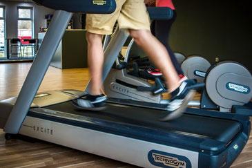 Mann auf Laufrad im Fitnessstudio
