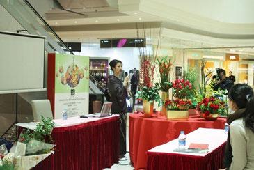 老舗百貨店でのベントにて。花と日本文化の素晴らしさを伝えたく、和服を着て参加しました。