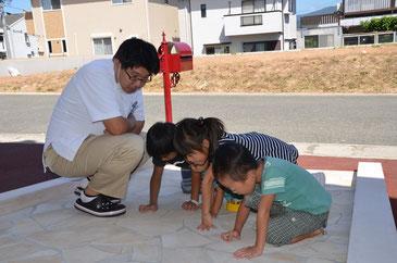 ファミリー矯正歯科kirara前で遊ぶ子供達