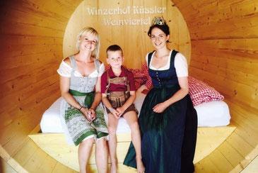 Verena und Thomas Küssler mit Weinkönigin Julia, der Ersten