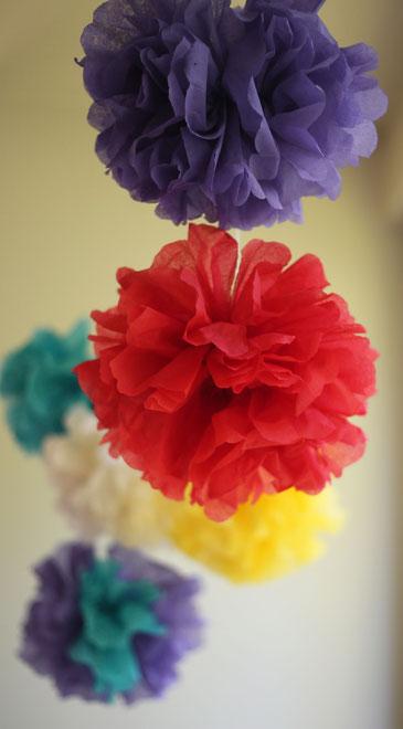 Bunte Pompons aus Papierservietten