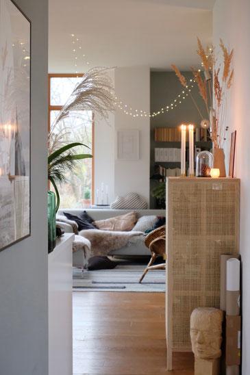 dieartigeBLOG // Wohnzimmer - Esszimmer im Winter, Rattanschrank Ikea, Gräser, Sofa, Couch