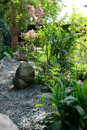 dieartigeGARTEN // Mai Frühlingsgarten - Japanischer Bauerngarten - Natursteine + grauer Splitt