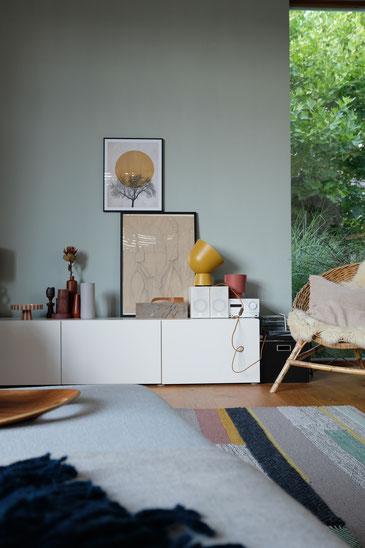 ieartige // Design Studio - BLOG - #Wohnzimmer, # Trend 2019/2020 ,#Wollteppich, Alpina Feine Farben,#Sideboarddecor in Rost, Senfgelb, Siena und Paprika-Tönen