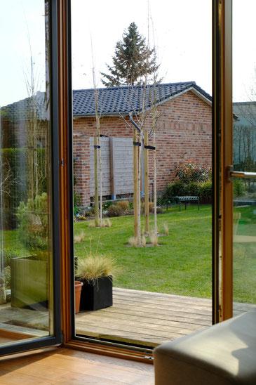 dieartigeGARTEN // März, Wintergarten - Gartenblick: Apfelbaum+Lenzrose+Narzissen