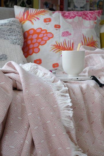dieartigeBLOG // Wohnzimmer im Frühlingsmood - Rosefarbene Baumwolldecke - Urbanara, Becher - Kristina Dam, Kissen - selbstgenäht