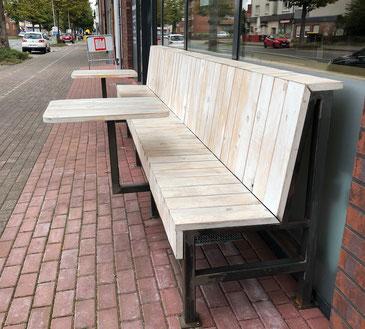 Sitzecke vor Ladenlokal