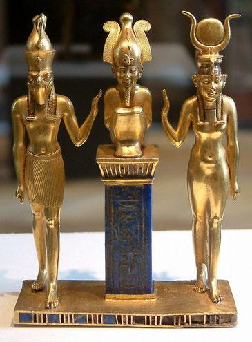 Les Egyptiens adoraient plusieurs triades comme Isis, Osiris et Horus. De nos jours, l'idolâtrie peut prendre d'autres formes comme le nationalisme, le matérialisme, le spiritisme, la débauche, les idoles du cinéma, de la chanson ou du sport…