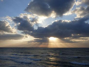 厚い雲に夕日もブロックされてます。