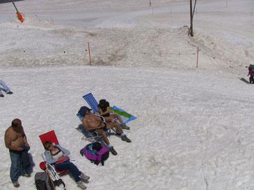 雪の上でも半裸で日焼けしたがるイタリア人