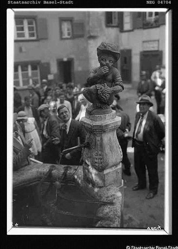 Der baslserische Affenbrunnen auf dem Andreasplatz früher - zur Zeit von 1930
