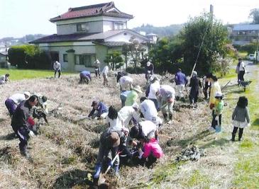 昨年の「ふれあい農園収穫祭」は大勢の参加者で賑わいました。
