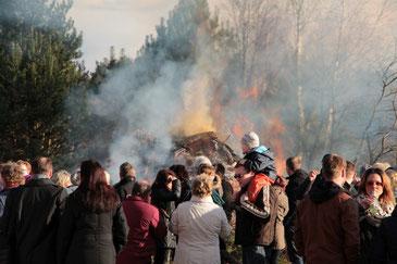 Zühlsdorfer und ihre Gäste vereint am Osterfeuer