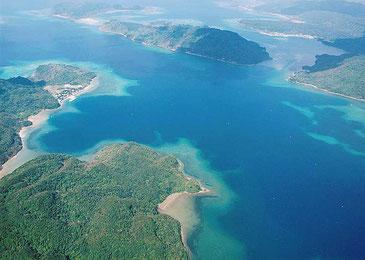 竹富町が海域を新たな財源として活用する取り組みを進めている。写真は船浮港とその周辺
