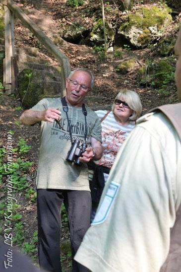 Günther Eichler zeigt einen Feuersalamander