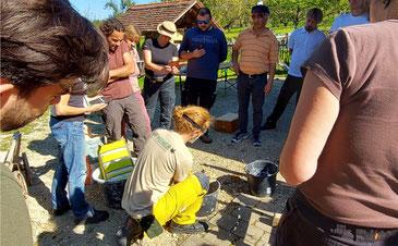 Teilnehmer des Hanfbau-Seminars beim Anmischen von Hanfkalk