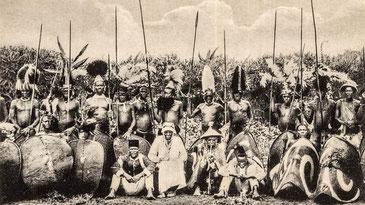 Guerrieri Kavirondo con il capo al centro.