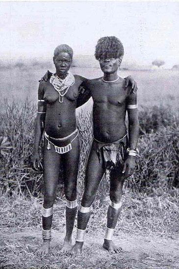 Bantu Kavirondo, Kenya. Una giovane coppia sposata