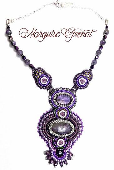 photo-collier-createur-brode-violet-avec-deux-cabochons-en-charoite-pierre-fine-gemme