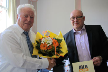 IGLU MD Guenther Gasthuber (right) handing over a bouquet of flowers to Dieter Haltmayer after Dieter's appointment to an honorary member of the consolidator  -  pictures: hs